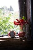 Reloj, libros y manzana en el travesaño viejo de la ventana Imagenes de archivo