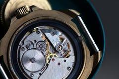 Reloj macro de la visión, mecanismo del reloj con los engranajes Profundidad del campo baja Foco selectivo Fotos de archivo libres de regalías