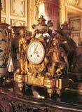 Reloj mecánico en el palacio de Versalles, Francia Foto de archivo