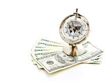 Reloj modelo global con los billetes de banco 3 de los E.E.U.U. Fotos de archivo libres de regalías