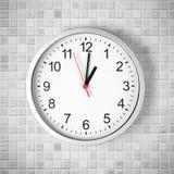 Reloj o reloj simple en la pared blanca del azulejo Fotografía de archivo