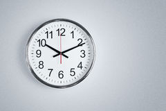 Reloj que cuelga en la pared Imagen de archivo
