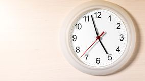 Reloj que hace tictac mostrando cinco horas Foto de archivo libre de regalías