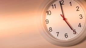Reloj que hace tictac mostrando cinco horas Fotos de archivo libres de regalías