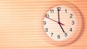 Reloj que hace tictac mostrando cinco horas Imagen de archivo libre de regalías