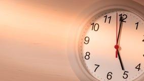 Reloj que hace tictac mostrando cinco horas Fotografía de archivo libre de regalías