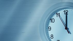 Reloj que hace tictac mostrando doce horas Foto de archivo