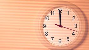 Reloj que hace tictac mostrando doce horas Fotos de archivo libres de regalías