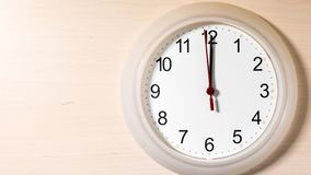Reloj que hace tictac mostrando doce horas Imagenes de archivo