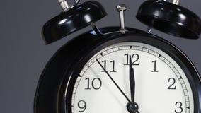 Reloj que muestra al mediodía almacen de metraje de vídeo