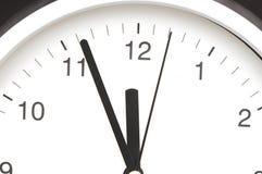 Reloj que muestra cinco minutos al mediodía Imágenes de archivo libres de regalías
