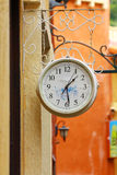 Reloj redondo de la calle que cuelga en la pared Imágenes de archivo libres de regalías