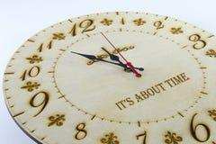 Reloj redondo de madera de la pared - registre en el fondo blanco Maneje su tiempo foto de archivo libre de regalías