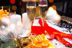 Reloj, regalo y Champán en aún vida festiva Fotografía de archivo