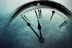 Reloj retro con cinco minutos antes de doce Imágenes de archivo libres de regalías