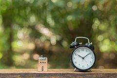 Reloj retro con la casa de madera minúscula Imagen de archivo