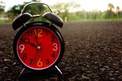 Reloj rojo viejo del vintage hermoso fotos de archivo