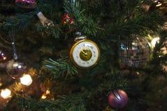 Reloj soviético retro en el árbol de navidad con las luces Fotos de archivo