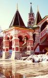 Reloj-torre del St Basil Cathedral y de Spasskaya Imagen de archivo