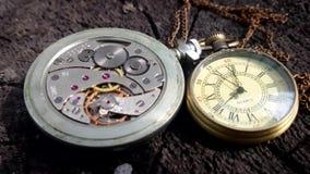 Reloj tradicional dos en la acción metrajes