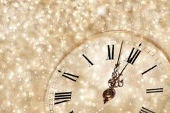 Reloj viejo con los copos de nieve de las estrellas y las luces del día de fiesta Fotos de archivo