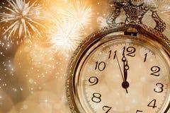 Reloj viejo con los fuegos artificiales y las luces del día de fiesta Fotografía de archivo