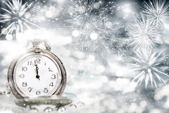 Reloj viejo con los fuegos artificiales y las luces del día de fiesta Imagen de archivo