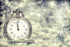 Reloj viejo con los fuegos artificiales y las luces del día de fiesta Imagen de archivo libre de regalías