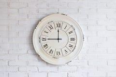 Reloj viejo del vintage en la pared de ladrillo Fotografía de archivo