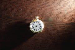 Reloj viejo en el escritorio Fotos de archivo libres de regalías