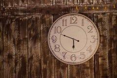 Reloj viejo en la pared de madera sucia Imagen de archivo