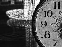 Reloj viejo en la tabla Foto de archivo libre de regalías