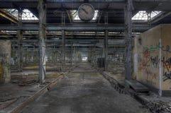 Reloj viejo en un pasillo abandonado Imagen de archivo