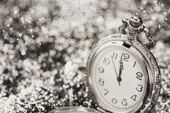 Reloj viejo que señala la medianoche - concepto del Año Nuevo Imagenes de archivo
