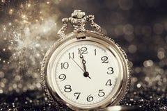 Reloj viejo que señala la medianoche - concepto del Año Nuevo Fotos de archivo