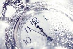 Reloj viejo que señala la medianoche - concepto del Año Nuevo Imágenes de archivo libres de regalías