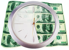 Reloj y 100 billetes de banco del dólar Fotos de archivo