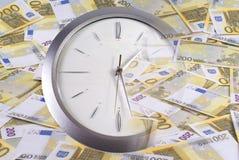 Reloj y 200 billetes de banco euro Fotografía de archivo libre de regalías
