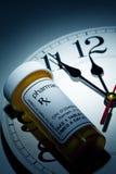 Reloj y botella de píldora Imagenes de archivo