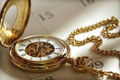 Reloj y calendario de bolsillo del oro Fotografía de archivo