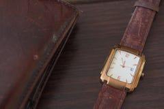 Reloj y cartera de oro del ` s de los hombres Fotos de archivo libres de regalías