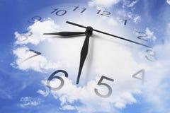Reloj y cielo nublado Foto de archivo