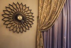 Reloj y cortinas de pared en el interior Imagenes de archivo