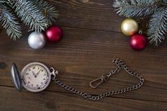 Reloj y decoraciones antiguos de la Navidad Foto de archivo libre de regalías