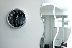Reloj y espejos negros redondos de pared Fotografía de archivo