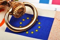 Reloj y euro de oro Fotos de archivo