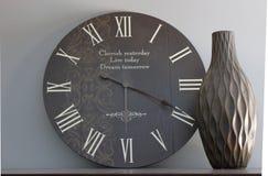 Reloj y florero circulares Foto de archivo libre de regalías