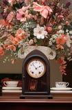 Reloj y flores Foto de archivo libre de regalías