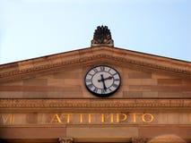 Reloj y inscripción del attempto (riesgo de i él) fotografía de archivo