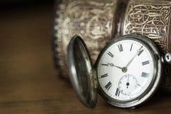 Reloj y libro de bolsillo del vintage Imagen de archivo libre de regalías